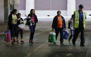 Inmigrantes de El Salvador y Guatemala que ingresaron sin permiso en Estados Unidos se disponen a tomar un autobús después de que se les dejara en libertad de un centro de detención para familias en San Antonio, Texas. Foto: AP