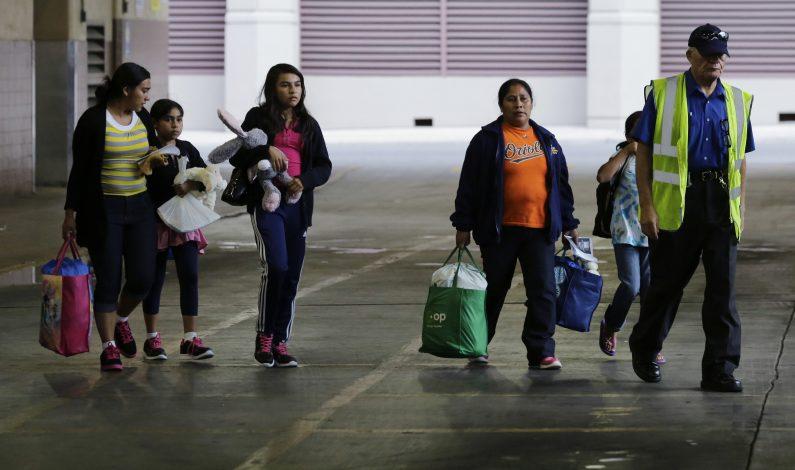 Piden a juez mantener detenidos a madres y menores migrantes