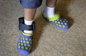 Una inmigrante salvadoreña lleva puesto un grillete electrónico en un albergue en San Antonio, Texas. Foto: AP