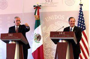 Miguel Basáñez Ebergenyi (izq.) y José Antonioo Meade, secretario de Relaciones Exteriores. Foto: Agencia Reforma