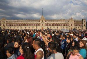 Aficionados llenaron el Zócalo durante el concierto. Foto: AP