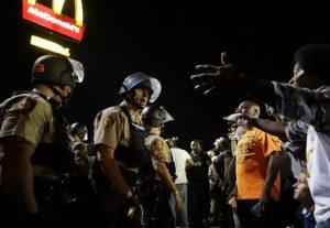 Las tensiones volvían a ser altas en Ferguson el 10 de agosto, un día después de que una manifestación para recordar el primer aniversario de la muerte de Michael Brown terminase con disparos. Foto: AP