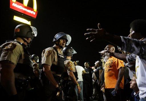 Múltiples arrestos en cuarta noche de protestas en Ferguson