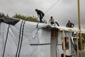 El campamento humanitario tendrá capacidad para mil 500 personas en el puerto de Calais. Foto: AP