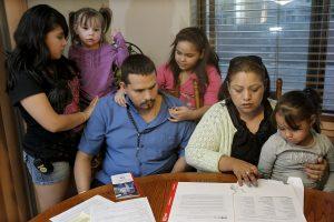 De acuerdo a un estudio, para los hogares latinos en Estados Unidos es insuficiente tener miembros con títulos universitarios para proteger el valor del patrimonio familiar. Foto: AP