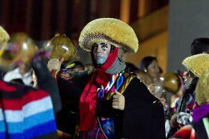 Como parte de las celebraciones del Día Internacional de los Pueblos Indígenas del Mundo, los parachicos de Chiapas y los mayas peninsulares se congregaron en una fiesta de música y color. Foto: Notimex
