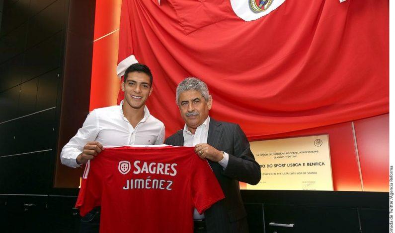 Raúl Jiménez firma por cinco años con Benfica