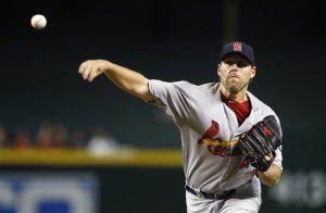 El jugador de los Cardenales de Saint Louis John Lackey lanza una bola contra los Diamondbacks de Arizona durante el primer inning del juego. Foto: AP