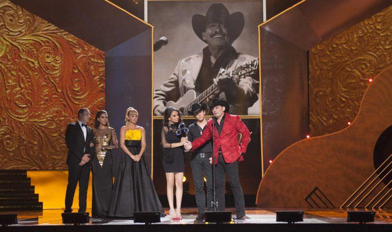 Emotivo homenaje a Joan Sebastian en la entrega de Premios Bandamax