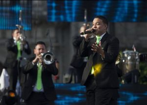 El vocalista Lorenzo Ronquillo de La Original Banda El Limón de Salvador Lizárraga, actúa junto a otros miembros del grupo durante un concierto por el 50 aniversario de la banda. Foto: AP