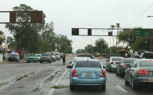 Un policía de Tempe dirige el tránsito en la intersección de Hardy Drive  y Broadway Rd. Miles de personas se quedaron sin servicio eléctrico la mañana del martes en el este del Valle. Foto: Phil Soto