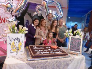 """Maite Perroni, Manuel """"Flaco"""" Ibáñez, Sherlyn y la niña Ana Paula Martínez acompañaron a Sylvia Pasquel durante el festejo. Foto: Cortesía de Televisa"""