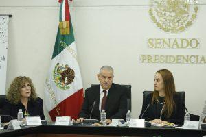Ante cuestionamientos de senadores por Donald Trump, Miguel Basañez (centro), nominado a Embajador en EU, dijo que el magnate se disculpará con los mexicanos. Foto: Notimex