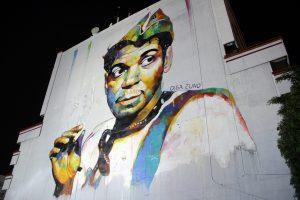 """El rostro de Mario Moreno, """"Cantinflas"""", quedó plasmado en un mural de la artista Olga Zuno, ubicado en un edificio de la avenida Ávila Camacho de la ciudad de México. Foto: Notimex"""