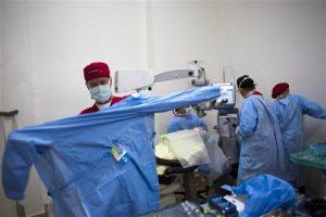 Paul durante una operación de cataratas en Cap-Haitien, Haiti. Foto: AP