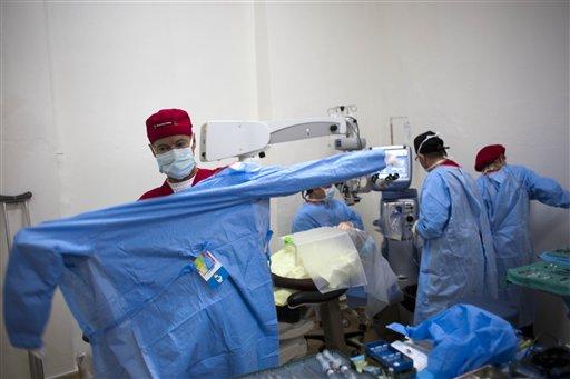 Rand Paul ayuda a pacientes en Haití