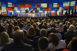 Asistentes al primer debate republicano escuchan las propuestas de los precandidatos. Foto: AP