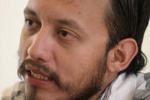 El fotoperiodista Rubén Espinosa durante una entrevista en la Ciudad de México, el 26 de junio de 2015. Espinosa, colaborador de la revista Proceso, fue asesinado junto a cuatro mujeres en un apartamento en la capital del país. Su cadáver fue encontrado la noche del viernes 31 de julio y el grupo defensor de la libertad de prensa Artículo 19 dijo el domingo 2 de agosto que Espinosa al parecer fue torturado antes de que lo asesinaran a tiros. (AP Foto/Luis Barrón)