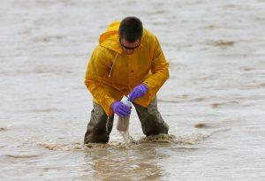 Ryan Parker, técnico en hidrología, toma muestras de agua del río San Juan el martes 11 de agosto de 2015 en Montezuma Creek, Utah. Foto: AP
