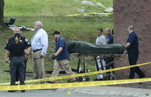 El cuerpo del sospechoso es sacado de una sala de cine luego de un tiroteo el 5 de agosto. Foto: AP