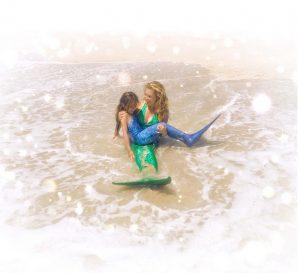 Thalía y su hija juegan a ser sirenas en el mar. Foto: Instagram