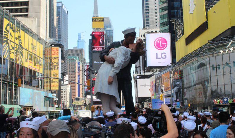 Parejas se besan en NY para conmemorar fin de Segunda Guerra Mundial