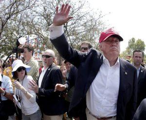 El aspirante presidencial republicano Donald Trump  buscaría poner fin al derecho constitucional de ciudadanía para los hijos nacidos en Estados Unidos de inmigrantes que radican en el país sin autorización legal. Foto: AP