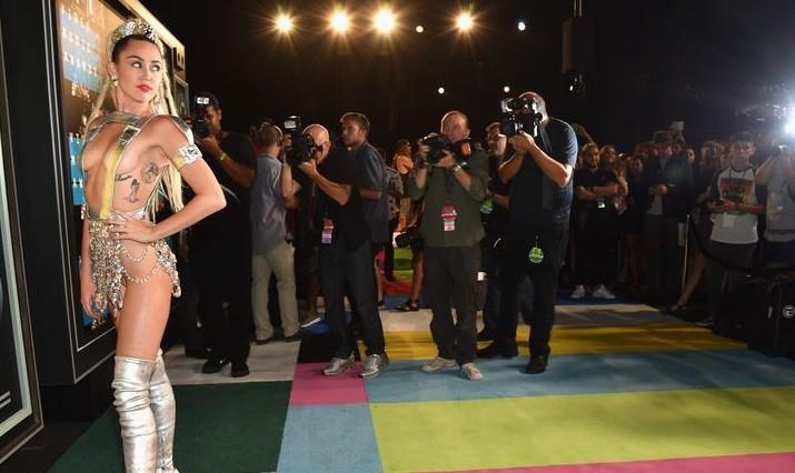 Miley Cyrus mostró más de la cuenta en premios MTV