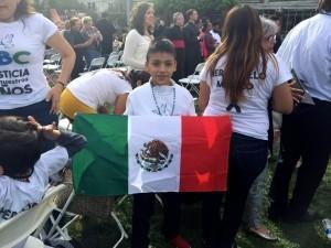Las familias y los niños que fueron víctimas del incendio tuvieron la oportunidad de ver de cerca al Pontífice. Foto: Notimex