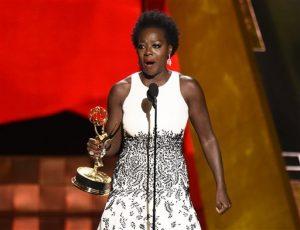 """Viola Davis recibe el premio a la mejor actriz de drama por su papel en """"How to Get Away With Murder"""" en los Emmy. Foto: AP"""