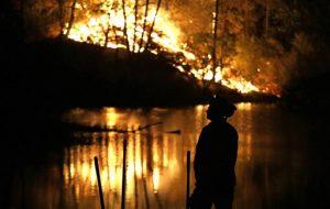 Los incendios han destruido centenares de casas y han provado el desplazamiento de más de 23 mil personas. Foto: AP