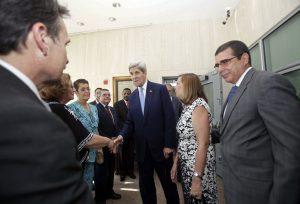 Cabañas Rodríguez (derecha) fungía como jefe de la Sección de Intereses de Cuba en Washington desde 2012. Foto: AP
