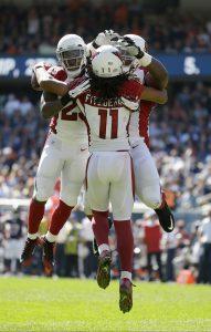 El wide receiver de los Cardinals de Arizona, Larry Fitzgerald (11) celebra una recepción de touchdown con el running back Chris Johnson (23) y el offensive tackle, Earl Watford, en la segunda mitad del juego ante los Bears de Chicago el domingo 20 de septiembre de 2015 en Chicago. (Foto AP/Michael Conroy)