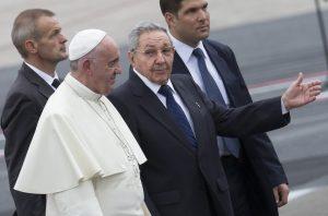 El presidente cubano Raúl Castro escolta al papa Francisco a su arribo al aeropuerto de La Habana, Cuba. Foto: AP