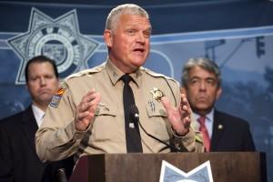 El coronel Frank Milstead, director del Departamento de Seguridad Pública, durante una rueda de prensa para anunciar la detención de un sospechoso de varios tiroteos en carreteras de Phoenix, en la sede del departamento en esa ciudad. Foto: AP