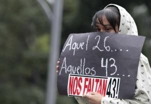 Desde hace más de un año, las movilizaciones por los 43 normalistas desaparecidos de Ayotzinapa llegan a las inmediaciones de Los Pinos. Foto: Notimex