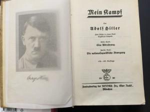 """A partir del 1 de enero de 2016 cualquier editorial en Alemania podrá publicar el libro de Hitler, """"Mi Lucha"""". Foto: Notimex"""