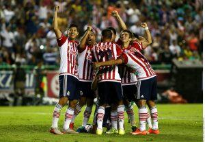 El capitán del Rebaño, Omar Bravo, se encargó de levantar el trofeo que les otorga medio boleto a la Copa Libertadores. Foto: AR
