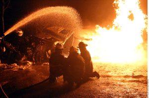 La explosión de la pipa en Tlanepantla provocó daños en un radio de unos 100 metros, lo que afectó casas, vehículos, anuncios espectaculares y comercios. Foto: Agencia Reforma