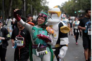 Sobre Paseo de la Reforma corrieron cientos de atletas disfrazados como los personajes de la saga Stars Wars. Foto: AR