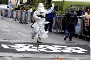 La Carrera Stars Wars reunió ayer a unos 15 mil participantes quienes pudieron elegir inscribirse en el grupo imperial o en el de los rebeldes. Foto: AR