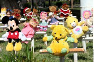 Las cruces amanecieron adornadas con muñecos de peluche. Foto: AR