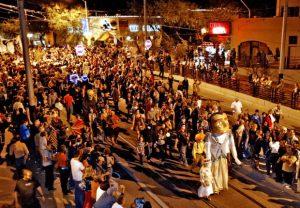 la Procesión de Todas las Almas en Tucson es única y dio inicio hace 26 años para que la gente muestre luto pública y artísticamente por sus seres queridos que han muerto. Foto: Tucson.com