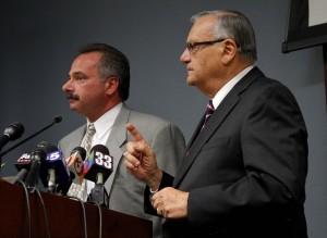 Joe Arpaio y Mike Zullo, principal investigador de una fuerza especial del mismo condado para casos congelados, hablan en una conferencia de prensa en Phoenix. Foto: Archivo AP