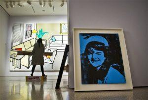 """""""Blue Jackie"""" de Andy Warhol, a la derecha, e """"Interior con escultura de Yves Klein"""" de Roy Lichtenstein están entre las obras maestras instaladas en Christie's para la próxima subasta. Foto: AP"""