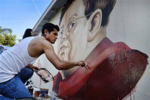 Levi Ponce pinta un retrato de Diego Rivera en un muro del barrio Pacoima de Los Angeles. Foto: AP