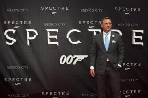 Daniel Craig, quien da vida al icónico agente secreto, encabezó la alfombra roja de la premier en México. Foto: AP