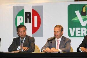 Arturo Escobar y Vega (derecha), líder del Partido Verde Ecologista de México (PVEM). Foto: Notimex