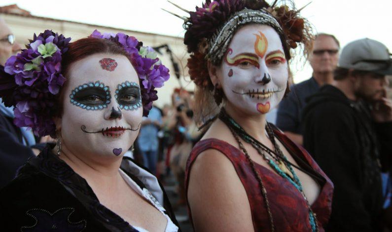 Miles recuerdan a sus muertos con procesión en Tucson