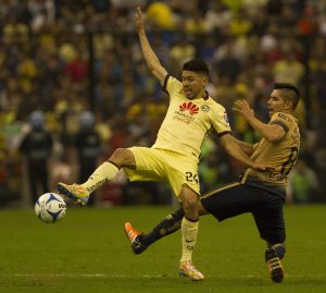 El equipo de las Águilas del América y Pumas de la UNAM, empataron a un gol, en la fecha 17 del Torneo Apertura 2015 de la Liga MX, celebrado en el estadio Azteca. Foto: Notimex